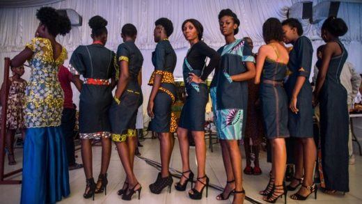 Models get ready backstage for a catwalk show during the Accra Fashion Week on March 31, 2018. / AFP PHOTO / CRISTINA ALDEHUELA        (Photo credit should read CRISTINA ALDEHUELA/AFP/Getty Images)